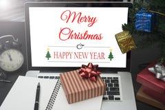 Подарочная коробка с компьютером на столе рождество офиса концепции Стоковые Изображения