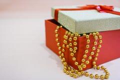 Подарочная коробка с красной лентой для подарка Стоковые Изображения RF