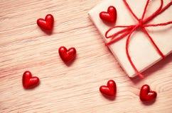 Подарочная коробка с красными сердцами на старом деревянном столе вектор Валентайн иллюстрации дня пар любящий Стоковое Изображение