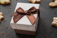 Подарочная коробка с настоящим моментом для рождества Стоковое Изображение