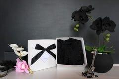 Подарочная коробка с сексуальным женское бельё Цветки и настоящий момент для женщин Стоковые Изображения RF