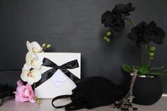 Подарочная коробка с сексуальным женское бельё Цветки и настоящий момент для женщин Стоковые Фотографии RF
