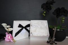 Подарочная коробка с сексуальным женское бельё Цветки и настоящий момент для женщин Стоковое фото RF