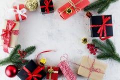 Подарочная коробка черных, красного цвета и ремесла рождества с красной лентой Стоковая Фотография