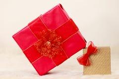 2 подарочной коробки красной и золотой Стоковое Фото