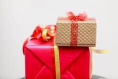 2 подарочной коробки красной и золотой Стоковое Изображение RF