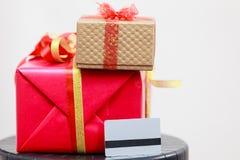 2 подарочной коробки красной и золотой стоковые изображения