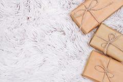 Подарочные коробки в оболочке в бумаге ремесла на мехе стоковое фото rf