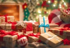 Подарочные коробки в украшенной комнате стоковые изображения rf