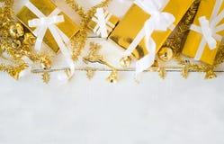 Подарочные коробки золота и блестящее рождество украшая детали на белой деревянной предпосылке панели, дизайне границы с космосом стоковое фото