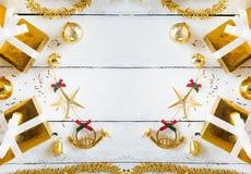 Подарочные коробки золота и блестящее рождество украшая детали на белых деревянных предпосылке панели, детале украшения и космосе стоковое изображение