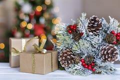 Подарочные коробки и венок рождества на запачканной светлой предпосылке Стоковая Фотография