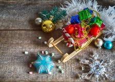 Подарочные коробки и сани рождества Стоковое Фото