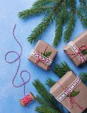 Подарочные коробки и сбитая резьба рождества стоковая фотография rf