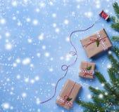 Подарочные коробки и сбитая резьба рождества стоковые фото