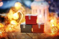 Подарочные коробки и света рождества группы новый год настоящих моментов Стоковые Фото