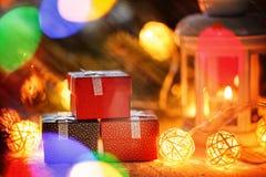 Подарочные коробки и света рождества группы новый год настоящих моментов Стоковое Фото