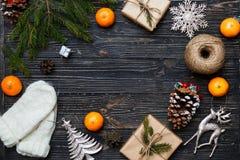 Подарочные коробки и украшения рождества зимы с космосом экземпляра Стоковые Изображения