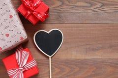 Подарочные коробки на деревянные поверхности Стоковое фото RF