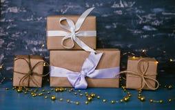 Подарочные коробки на темной предпосылке стоковые изображения rf