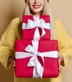 Подарочные коробки рождества или подарков на день рождения красивым владением женщины красные для торжества Нового Года стоковые фотографии rf