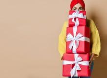 Подарочные коробки рождества или подарков на день рождения красивым владением женщины красные для торжества Нового Года стоковые фото