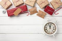 Подарочные коробки рождества и винтажный будильник Стоковые Фото