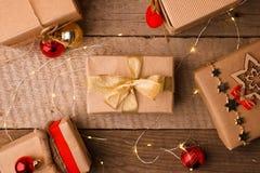 Подарочные коробки рождества и красное оформление золота на винтажном деревянном столе с космосом для текста, классической подгот стоковая фотография