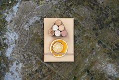 Подарочные коробки рождества представляют сцену с украшениями сосны, оленей и xmas Стоковые Изображения