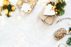 Подарочные коробки рождества handmade на белом взгляд сверху предпосылки С Рождеством Христовым поздравительная открытка, рамка Т стоковые фотографии rf