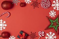 Подарочные коробки рождества handmade украшенные с красной бумагой, конфетой, звездой, белыми снежинками на красном взгляде сверх стоковые фотографии rf