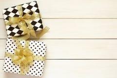 Подарочные коробки с золотыми смычком и лентой Стоковые Изображения RF