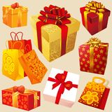 подарочные коробки с красным цветом и лентами золота Стоковые Изображения
