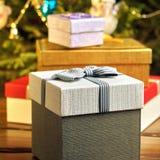 Подарочные коробки с смычками на крышках под рождественской елкой в кануне Нового Годаа Стоковая Фотография