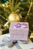 Подарочные коробки с смычками на крышках под рождественской елкой в кануне Нового Годаа Стоковые Изображения