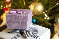 Подарочные коробки с смычками на крышках под рождественской елкой в кануне Нового Годаа Стоковое Изображение