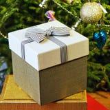 Подарочные коробки с смычками на крышках под рождественской елкой в кануне Нового Годаа Стоковое Изображение RF
