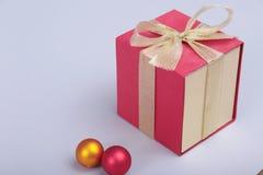 Подарочные коробки с смычком на серой предпосылке Стоковая Фотография RF