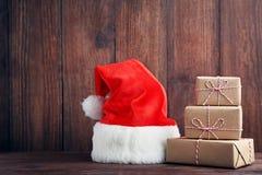 Подарочные коробки с шляпой santa Стоковая Фотография RF