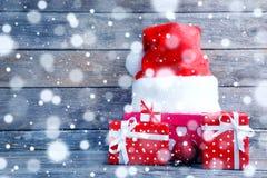 Подарочные коробки с шляпой santa Стоковое Изображение