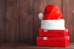 Подарочные коробки с шляпой santa Стоковые Фотографии RF