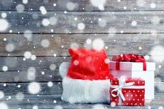 Подарочные коробки с шляпой santa Стоковое фото RF