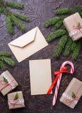 Подарочные коробки, тросточка конфеты и письмо Стоковое фото RF