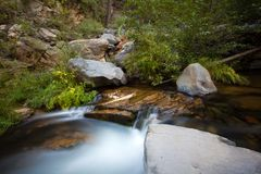 Подача воды долгой выдержки в Sedona AZ стоковые фотографии rf