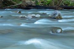 Подача воды через утесы в потоке на Wang Nan Pua стоковые изображения rf
