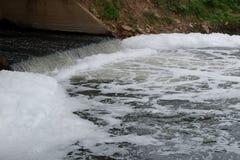 Подача загрязнения воды к главному реке в Азии Стоковое Изображение RF