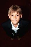 подача одетьнная мальчиком к детенышам Стоковая Фотография RF
