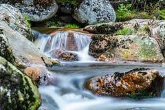 Подача реки горы скалистая Съемка долгой выдержки стоковые изображения