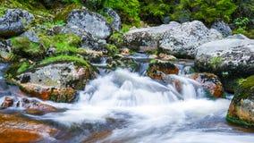 Подача реки горы скалистая Съемка долгой выдержки стоковая фотография