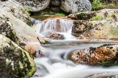 Подача реки горы скалистая Съемка долгой выдержки стоковое фото